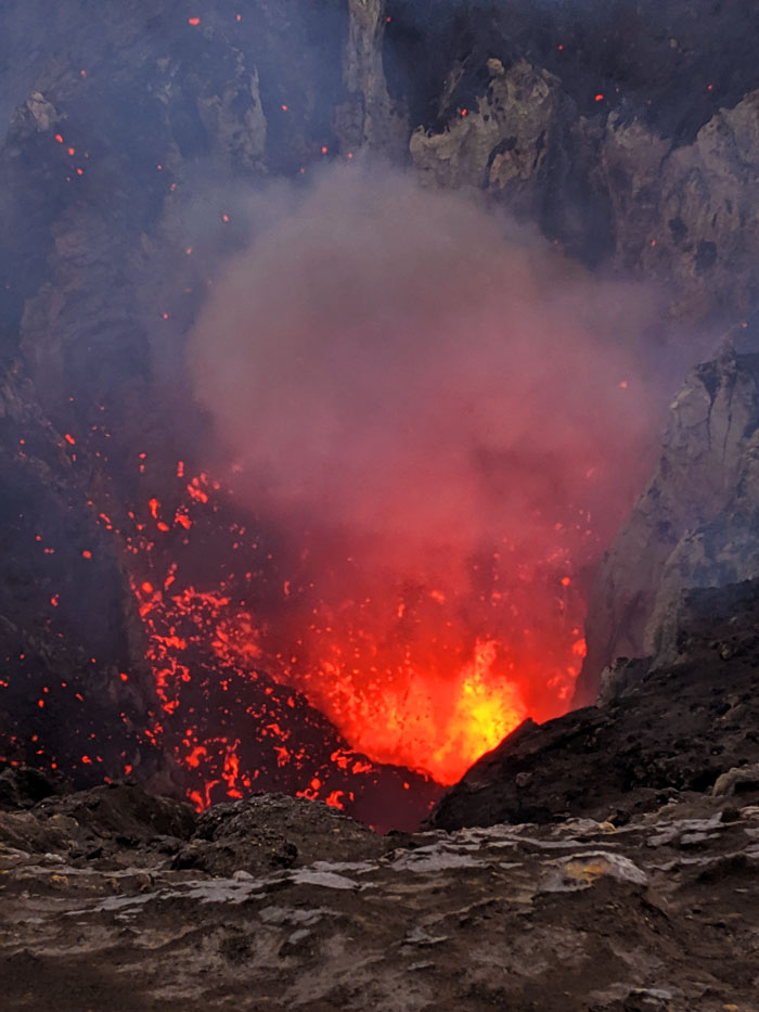 Explosion de lave au sommet du Mt Yasur