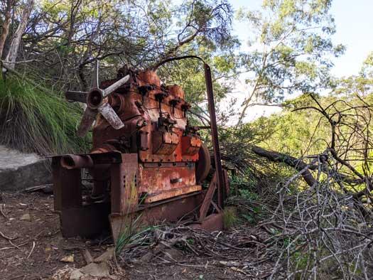 Ancien moteur rouillé sur le bord du chemin
