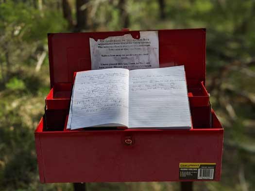 Boîte aux lettres rouge avec livret et cartes pour les randonneurs