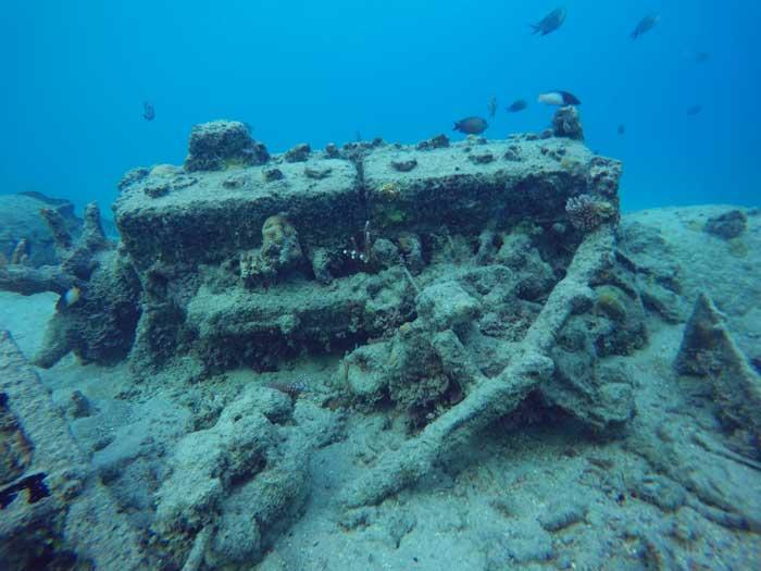Matériel militaire enseveli dans le sable sous l'eau