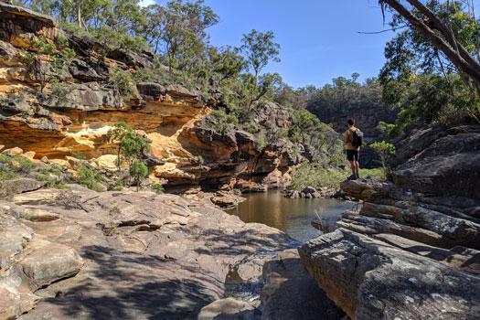En train d'observer la Mermaids pool depuis les rochers