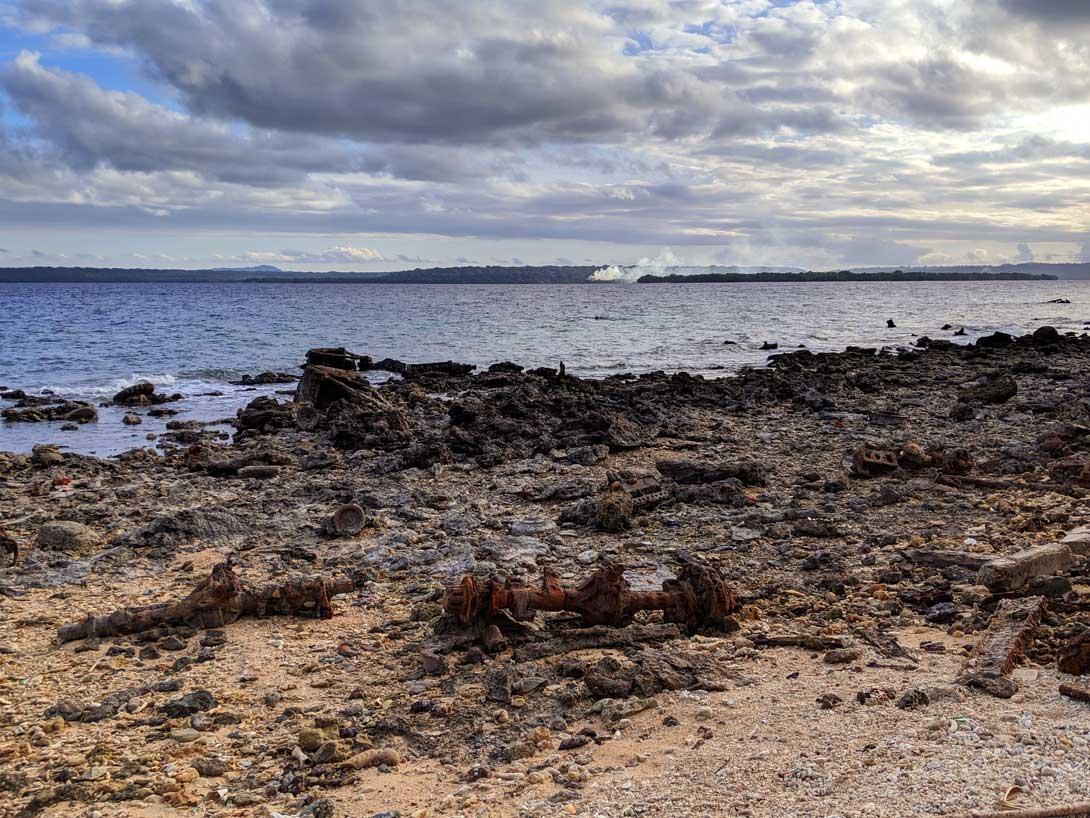 Pièces d'artilleries rouillées sur la plage