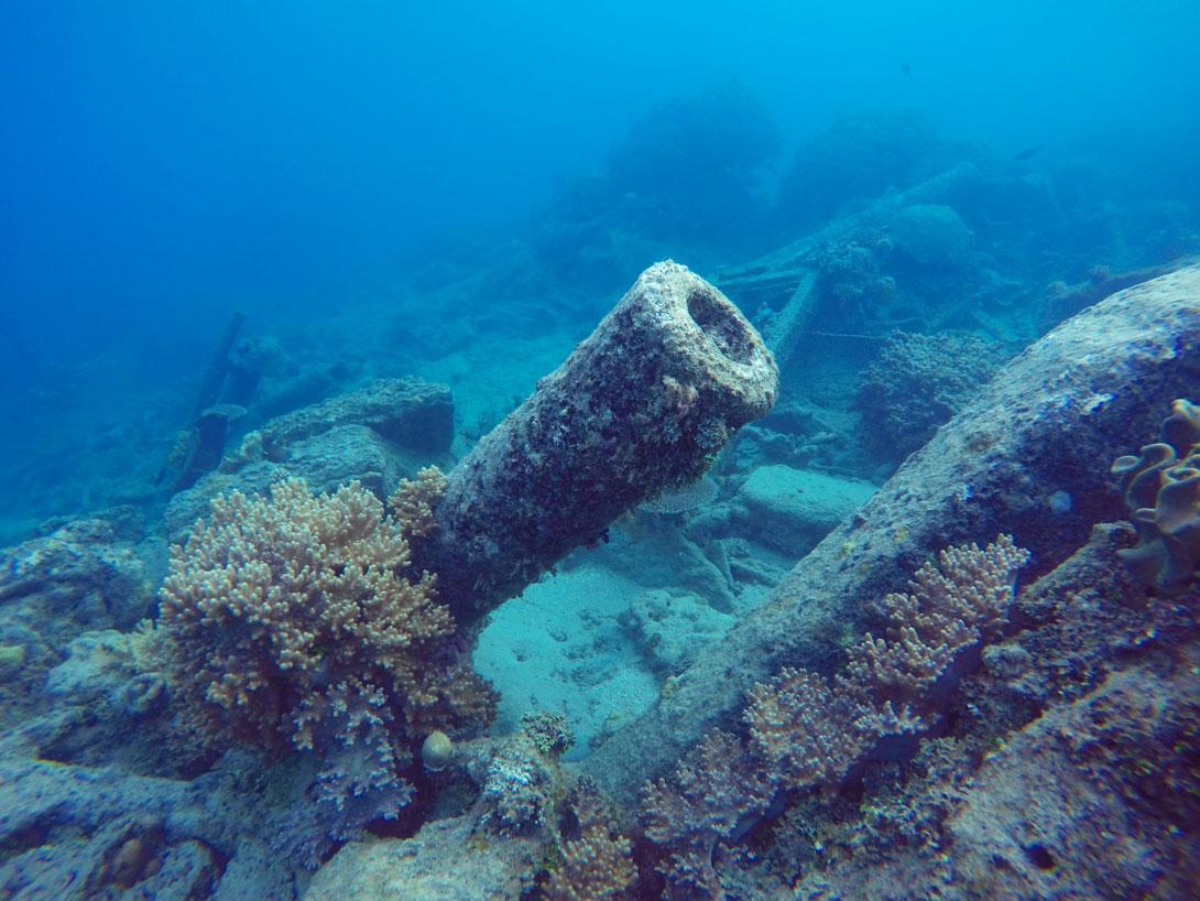 Canon de tank reposant au fond de l'eau