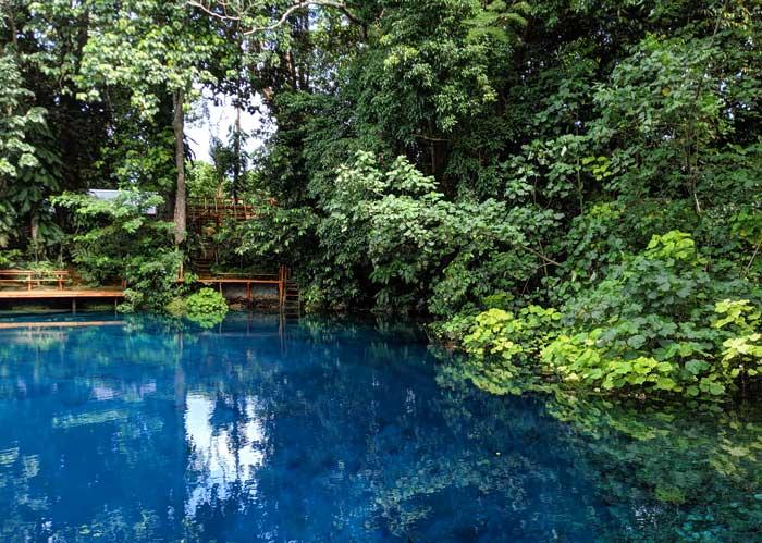 Forêt tropicale et eau cristalline au Nanda blue hole