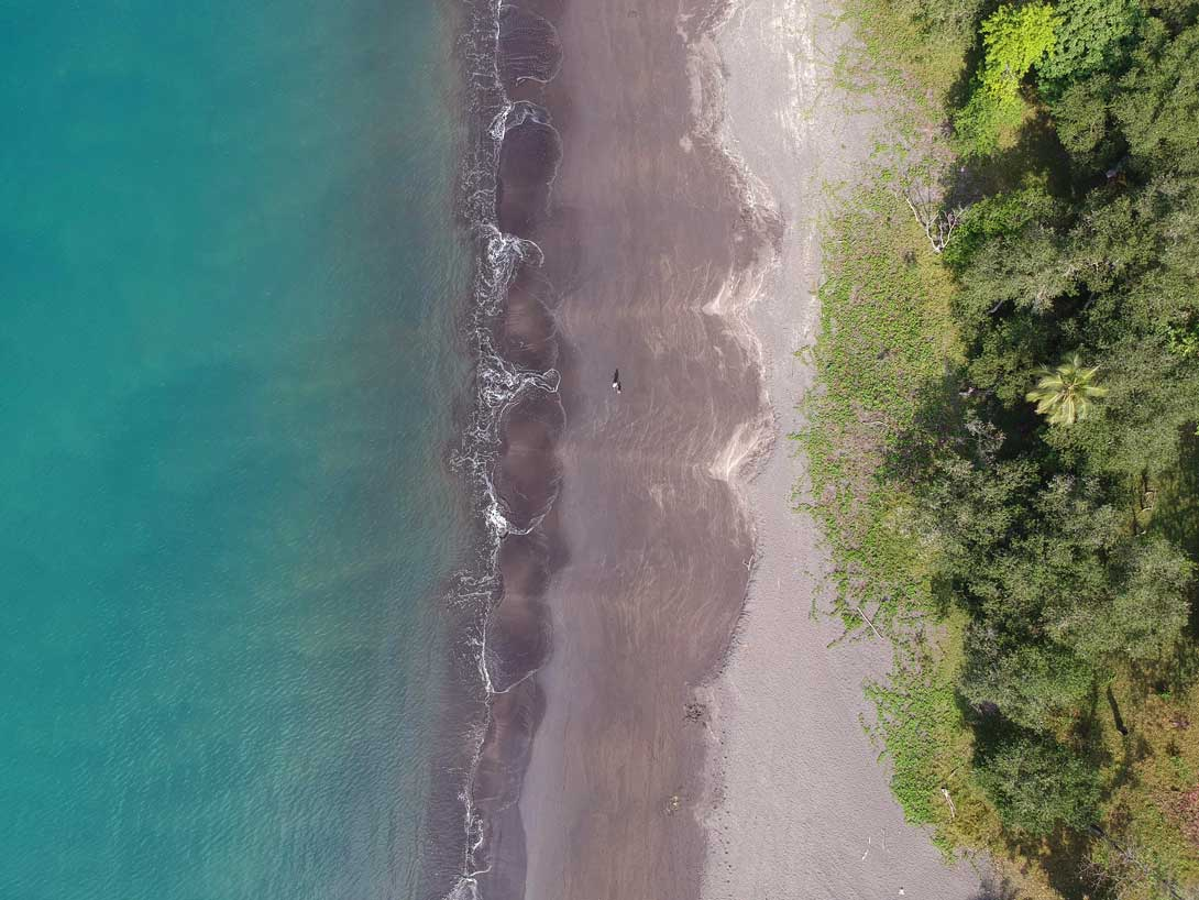 Plage de sable noir sur l'île de Tanna