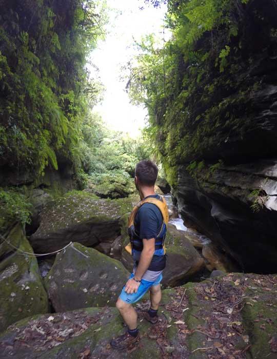 Traversée d'une rivière après le canyoning