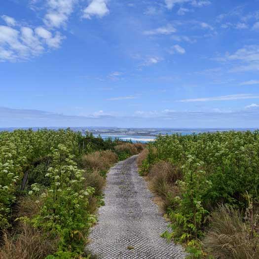 Chemin au sommet de the Nut longeant les falaises