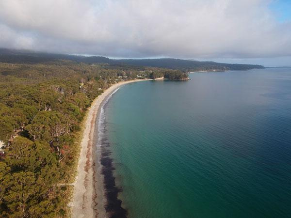 Vue de drone de bon matin de la plage d'Adventure