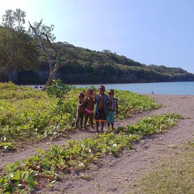 Enfants Vanuatais sur une plage de Tanna