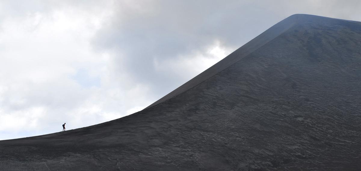 Escalade de l'un des flancs du Mt Yasur dans la Ash Plain