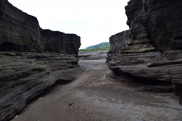 Marche dans le lit de la rivière au pied du volcan Yasur