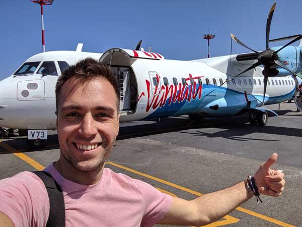 Selfie devant l'avion de Air Vanuatu avant d'embarquer