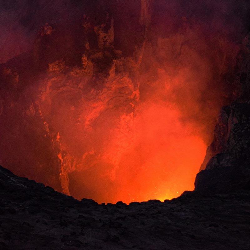 Lave et vapeur étouffante sortant du cratère du volcan Yasur