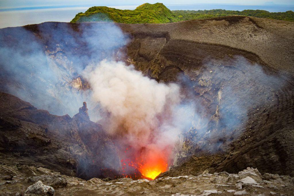 Eruption volcanique au sommet du Mt Yasur sur l'île de Tanna au Vanuatu