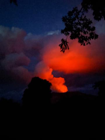 Le volcan Yasur en éruption depuis le IMAIO village