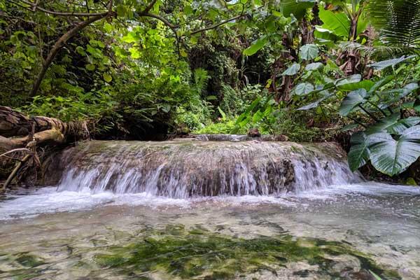 Petite cascade sur le chemin menant à Mele Cascades