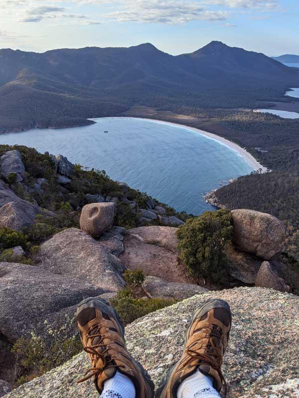Vue de Wineglass Bay et chaussures Merrell