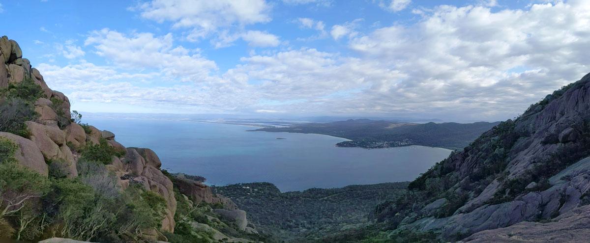 Panorama de Honeymoon Bay et Coles Bay depuis le Mt Amos