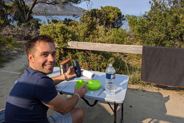 Petit déjeuner face à la mer au parc national de Freycinet