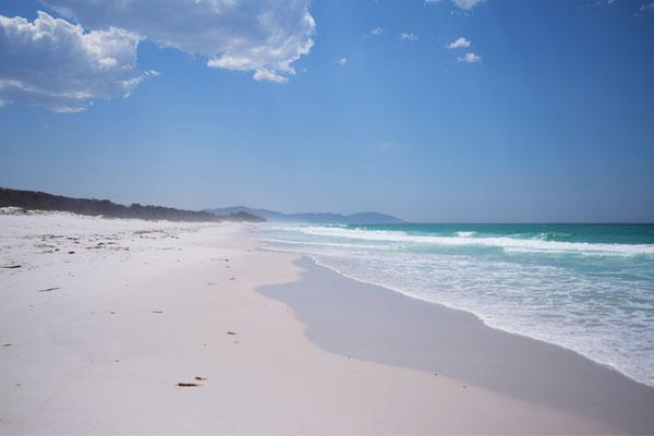 Plage de sable blanc et eau turquoise à Friendly eaches