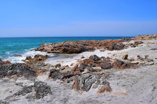 Rochers orangés à Friendly Beaches