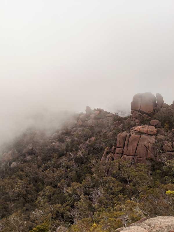 Vue de rochers avec la brumes au Wineglass Bay lookout
