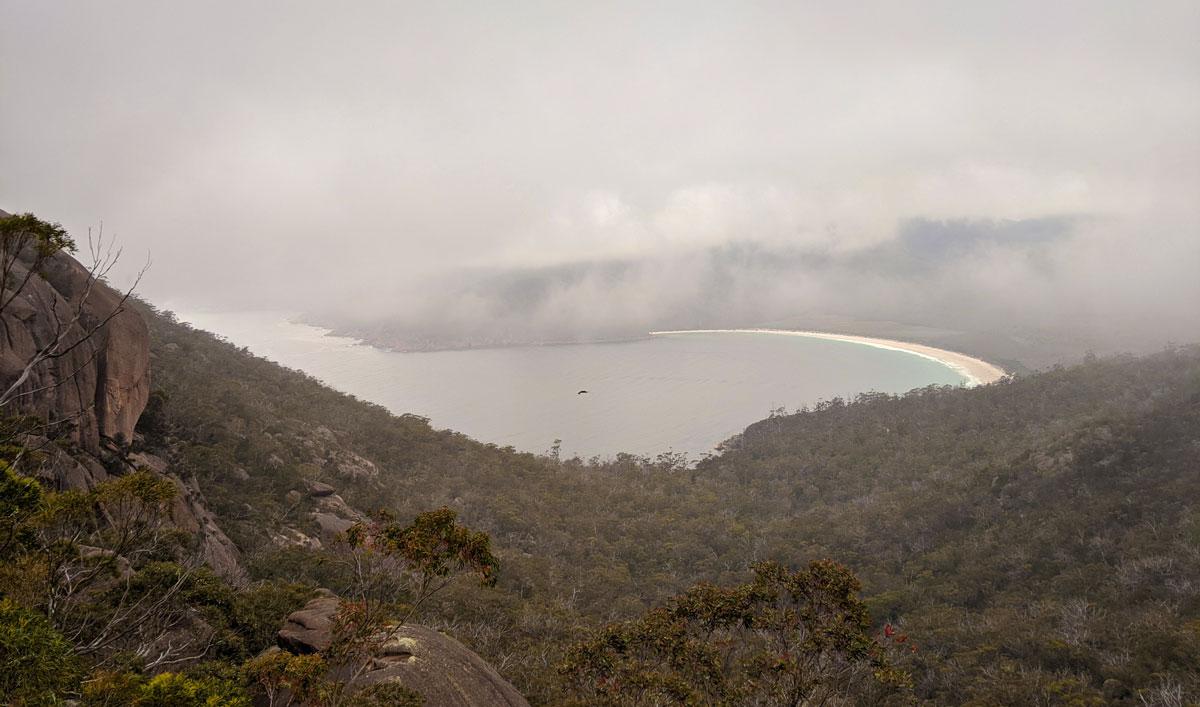 Wineglass Bay dans le brouillard depuis le lookout