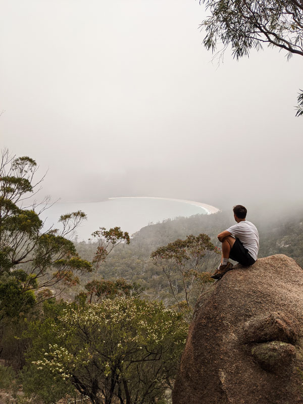 Vue de Wineglass Bay sous la brume depuis le lookout