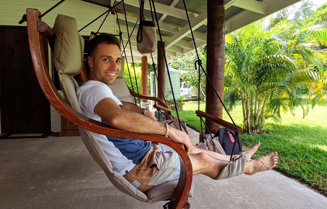 Moment détente dans les chaises suspendues avant la visite de la plantation de cacao