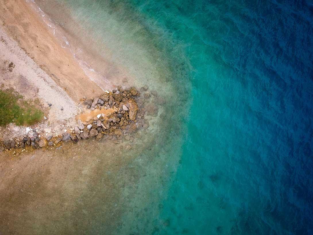 Vue aérienne du ponton pour le bateau vers Aore Island