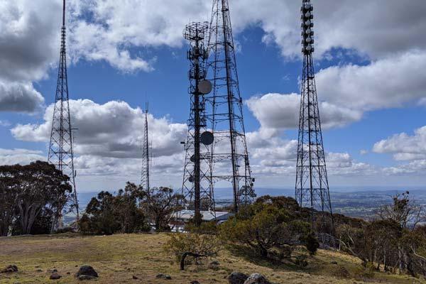Les antennes au sommet du Mont Canoblas