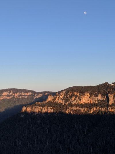 Lever de Soleil dans les Blue Mountains avec la Lune