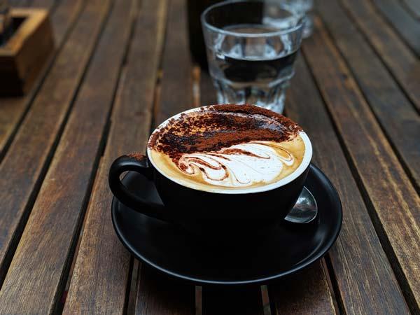 Cappuccino dans un café à Orange