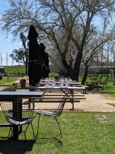 Tables dans le jardin pour la dégustation de vins à Heifer Station wines