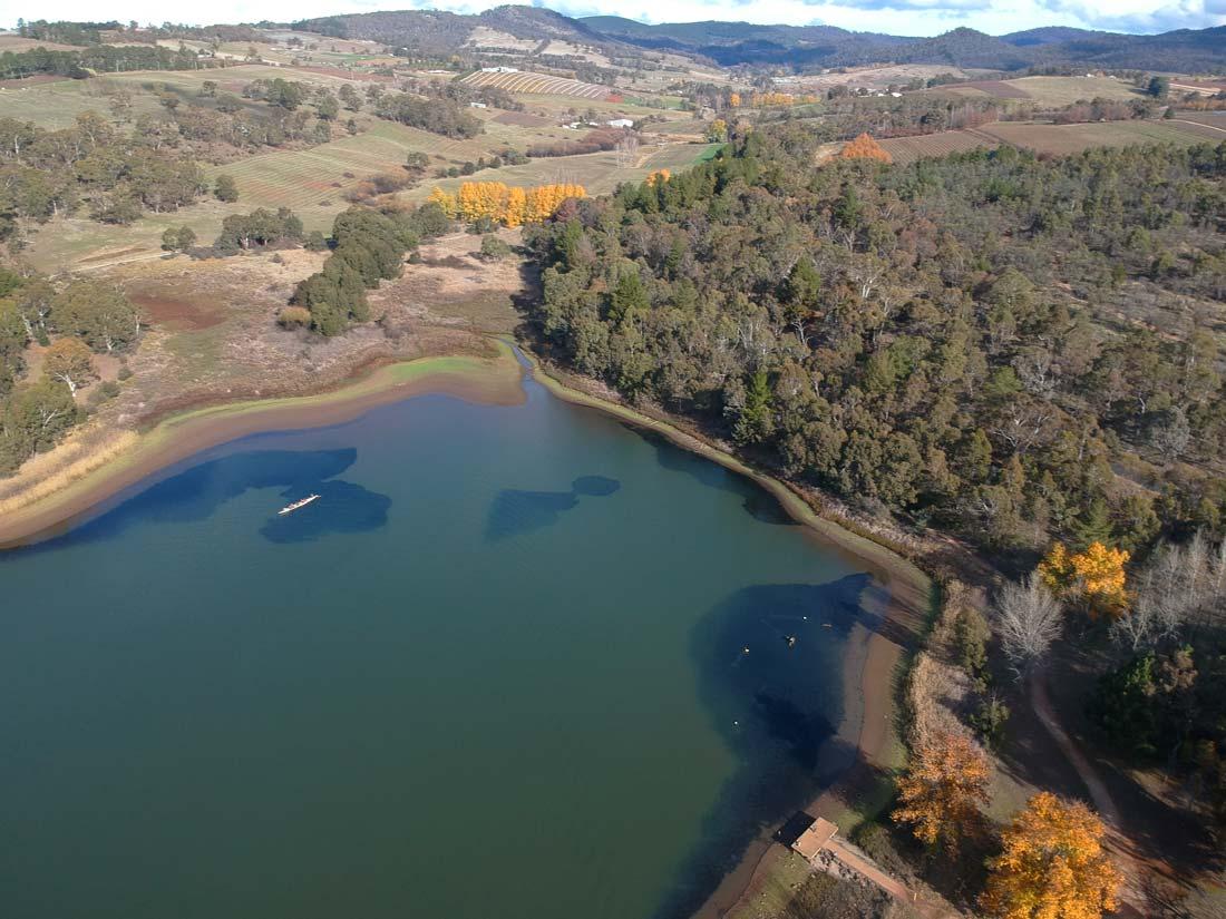 Vue aérienne du lake Canobolas avec le drone