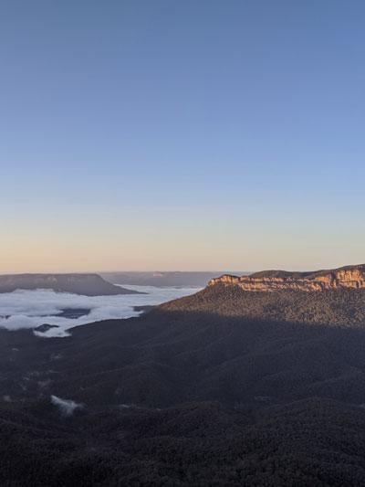 Nuages flottants dans la vallée des Blue Mountains au sunrise