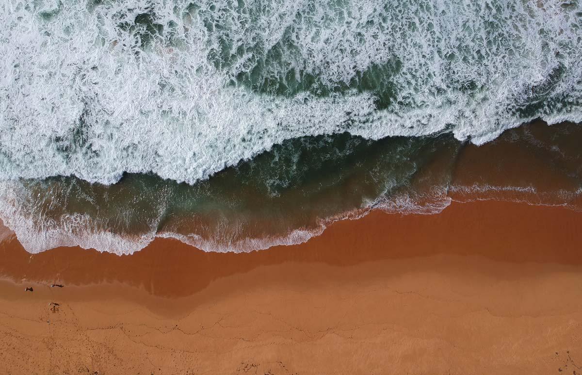 Les vagues déferlant sur la plage à côté du Tallow Beach campground