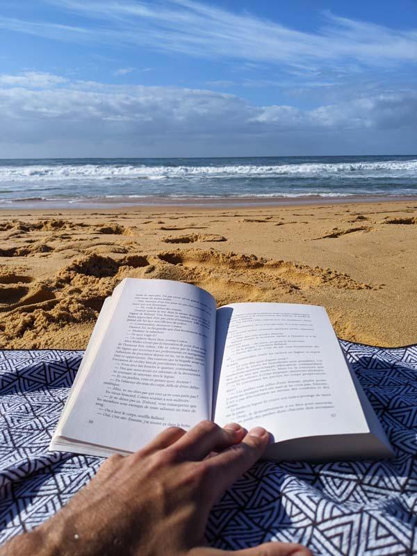 Lecture sur la plage en face du camping