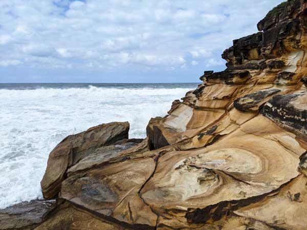 Roches et falaises caractéristiques du Bouddi National Park au nord de Sydney