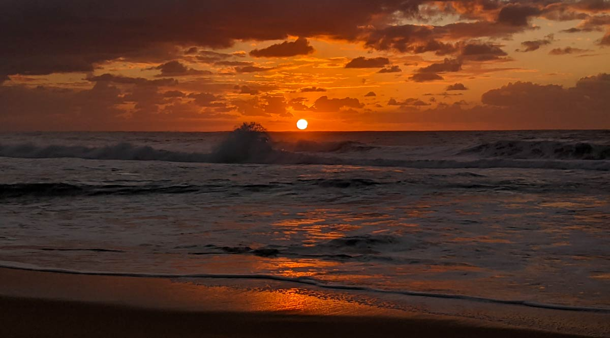 Lever de Soleil sur l'océan à Tallow Beach en Australie