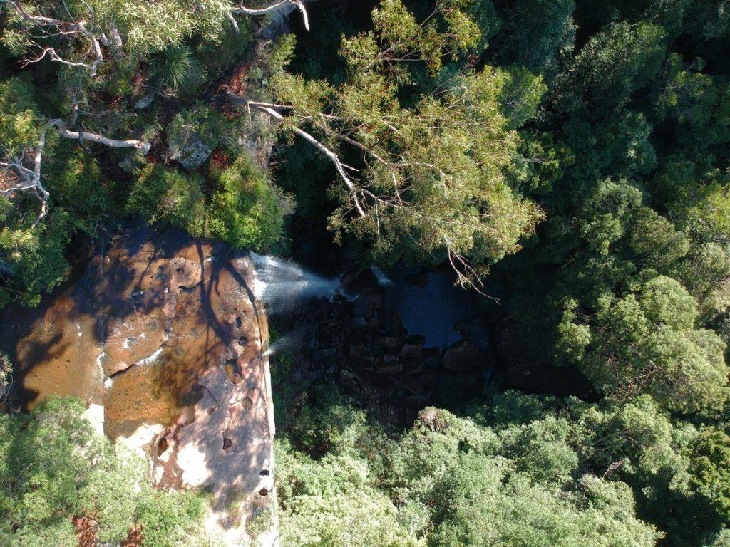 Les chutes d'eau de la cascade National Falls vues de dessus