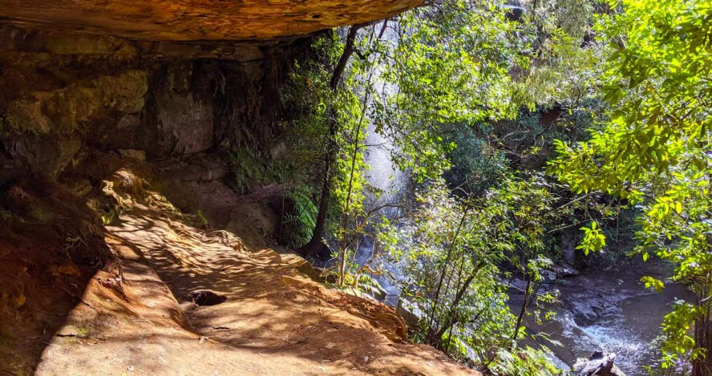 Chemin secret passant derrière la National Falls dans le Royal National Park