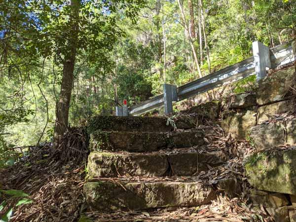 Accès et marches secrètes pour accéder à la partie inférieure des National Falls