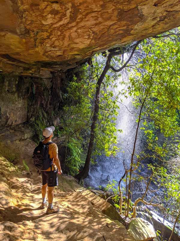 Mika dans la grotte derrière la National Falls