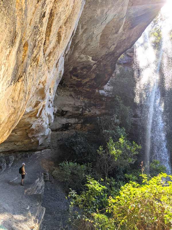 Mika observant la National Falls depuis la grotte derrière les chutes d'eau