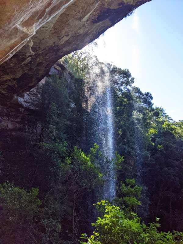 La National Falls vue depuis la grotte et le chemin secret derrière la cascade
