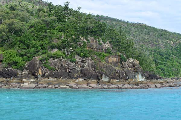La côte sauvage d'une des îles de l'archipel des Whitsundays