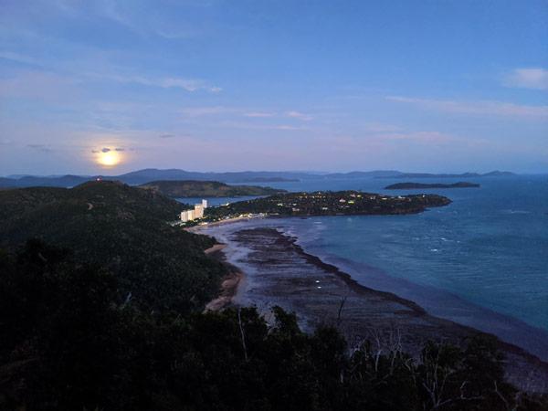 Vue de nuit de Catseye Beach depuis les hauteurs de l'île Hamilton
