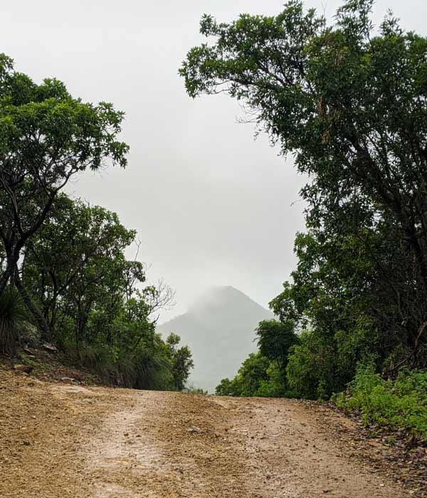 Passage Peak dans la brume à l'horizon un jour de pluie