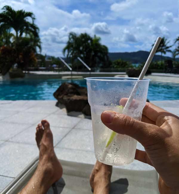 Mika et son cocktail sur Hamilton Island